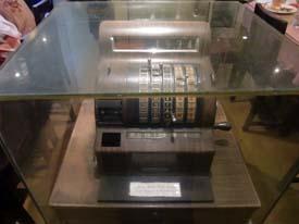 Mesin kasir kuno dalam kotak kaca