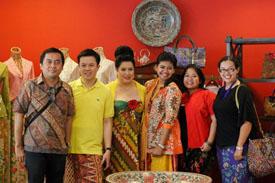 Tapi sejak saya bekerja dan pindah ke Jakarta, bertemu dengan banyak Batik lovers dan fashionista serta banyaknya Batik dalam berbagai bentuk dan media di mana-mana membuat mata saya 'lebih terbuka' Hal ini pula yang membuat saya ingin tahu lebih banyak mengenai Batik... Saya baru sadar dan harus mengakui bahwa selama ini, saya lebih pada penikmat Batik...saya tidak tahu sejarah batik, berbagai motif batik nusantara, proses pembuatan, dan berbagai hal terkait lainnya. Saya pernah punya cita-cita belajar Batik, tapi belum kesampaian hingga kini..pernah mencoba, tapi amatiran bangeet.. Untungnya, hampir semua informasi yang dibutuhkan  telah tersedia di berbagai sumber terbuka. Rasanya tidak perlu mengulangnya di sini :D. Dari mulai wikipedia hingga situs resmi UNESCO, plus begitu banyak blog dan berita media yang mengulas mengenai Batik. Info dari A sampai Z mengenai Batik rasanya memang ada, dan tentu saja ini membuat pamor Batik makin meningkat. Belum lagi beragam acara pameran tahunan, eksibisi, dan event-event besar yang juga mengusung Batik sebagai produk unggulan. Berbagai platform lain pun, baik di dalam maupun di luar negeri, marak digunakan sebagai media promosi Batik, melibatkan para desainer Indonesia ternama, musisi, selebriti, dan banyaaak lagi, termasuk bloggers. Dan memang, tak kenal maka tak sayang... Makin tau mengenai sejarah, proses, motif, filosofi dan cerita lain dari Batik, makin cinta dan banggalah saya dengan produk khas Indonesia ini..tidak salah jika nenek moyang kita sejak dulu memberi tempat yang istimewa untuk Batik Batik memang bukan hanya sekedar sehelai kain, namun sarat dengan berbagai simbol yang kaya akan lambang status sosial, komunitas, alam, sejarah dan warisan budaya. Mulai dari pemilihan warna dan pola yang penuh dengan 'isi' dan makna. Tidak heran kalau Batik merupakan identitas tersendiri yang lekat dengan bangsa Indonesia, mulai sejak lahir hingga kembali ke pangkuan-Nya.