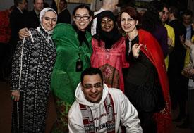 Berbatik ria dalam UN Cultural Day Party dengan rekan-rekan diplomat dari berbagai negara