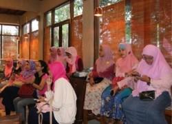 Emak2 KEB menyimak sharing dari pemilik Gendhis Bags.
