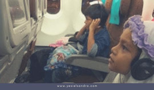 Menikmati Hiburan di Pesawat