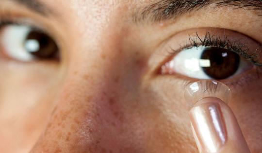 Pengin Tampil Cantik dengan Contact Lens? Simak Dulu 3 Tipnya!